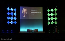 Bühnenbild-Beispiel: Frame-Segel bei Vortragsveranstaltung