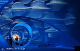 Bühnenobjekt: Stoffhelix in einem Theater