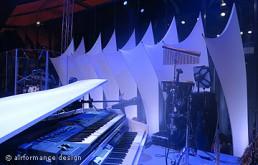 Bühnenbild-Beispiel: Leuchtende Schwertsegel als Hintergrund